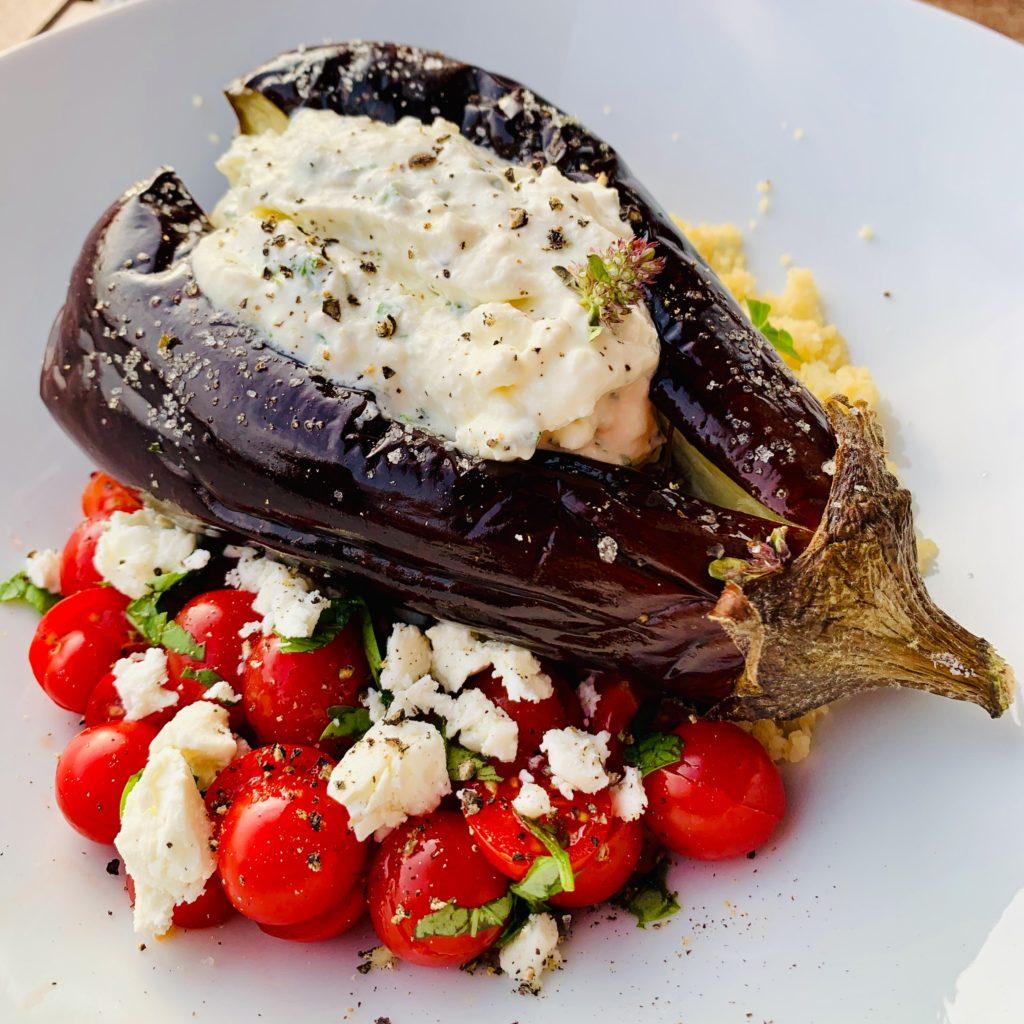 Aubergine à la turque, yaourt grec, fêta, menthe, persil, serpolet, sur un lit de salade de tomates cerises du valais